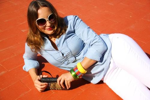 (pantalon du marché aux puces, chemise Massimo Dutti, bracelets Bijoux  Brigitte et Forever 21, lunettes de soleil Forever21, pochette Lollipops)